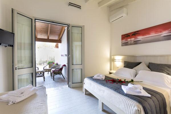 camera da letto con postazione relax all'aperto
