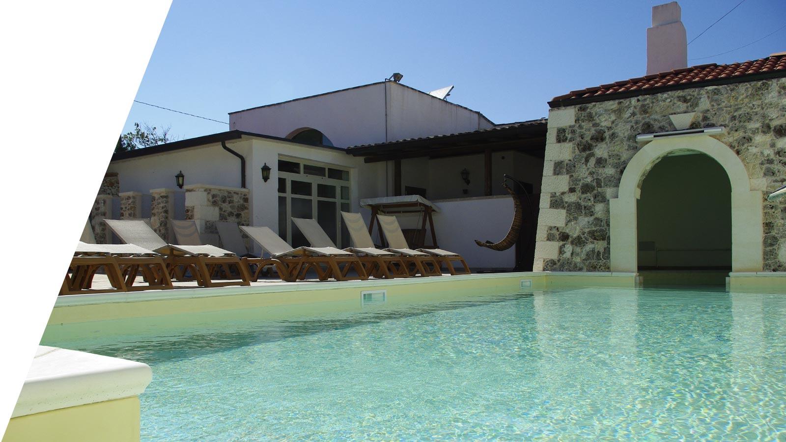 la piscina dell'agriturismo Il Megalite